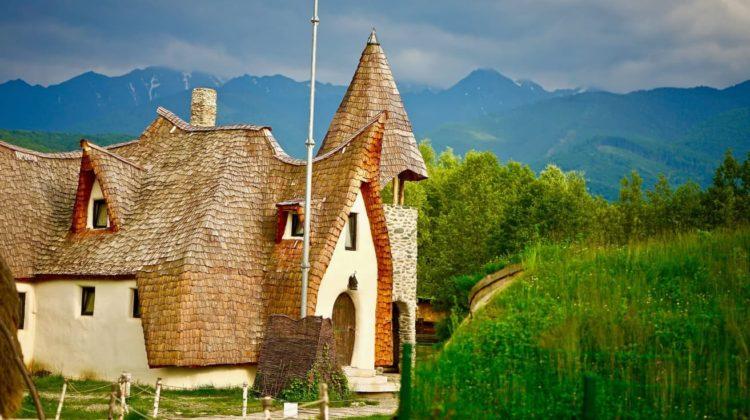 Superbul Castel de lut din inima Transilvaniei, cel mai fotografiat loc din Romania