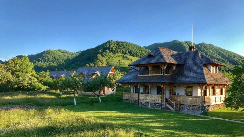 Top 10 pensiuni tradiționale din România, de care nu ai auzit, dar care îți vor da dor de ducă