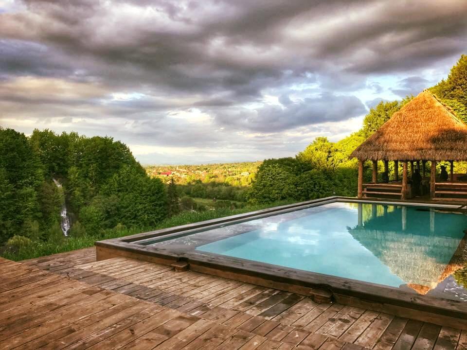Una dintre cele mai spectaculoase piscine din lume e în România, săpată în munți, într-un peisaj de vis