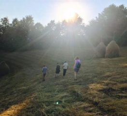 Am găsit vocile de aur, neștiute, dintr-un sat de poveste din România. Să le facem cunoscute! (Video)