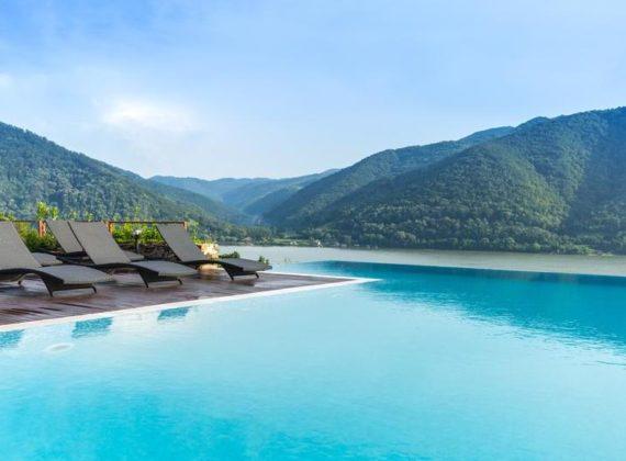 Top 10 pensiuni cu piscine fabuloase, pentru o vacanță în România ca afară