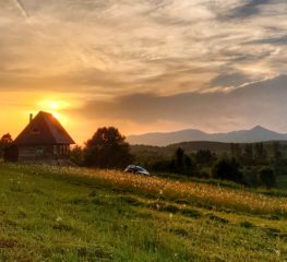 Cu mașina deasupra lumii: Glod, satul care atinge cerul, unde raiul pe pământ există