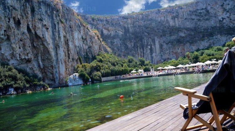 Piscina naturală, cu apă termală, minunea turistică a lumii, care îți aduce vara înapoi