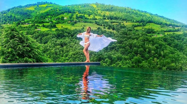 În România ca-n Thailanda? Cabana superbă cu piscină infinită, care atinge cerul