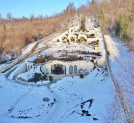 Căsuța din Stăpânul Inelelor există și e în România. Dealul Verde, noua minune turistică