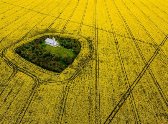 Superb! Biserica din România, din mijlocul pustietății, care s-ar deschide singură o dată pe an