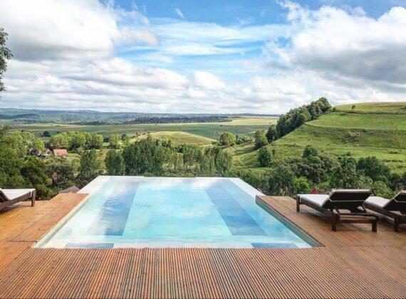 Am găsit piscina infinită, de poveste, din inima munților. Cu apă caldă și în sezonul rece