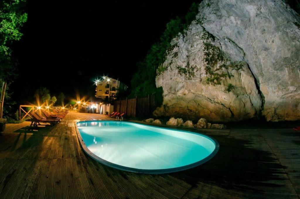 Vacanță la preț greu de refuzat, în raiul de sub stâncă (345 lei: 4 nopți, 8 mese, piscină)