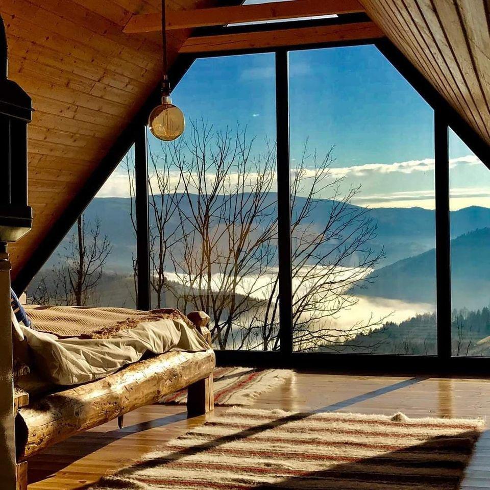 Ceva mai frumos nu există. Pensiunea de vis, din inima munților, cu o priveliște de pus în ramă