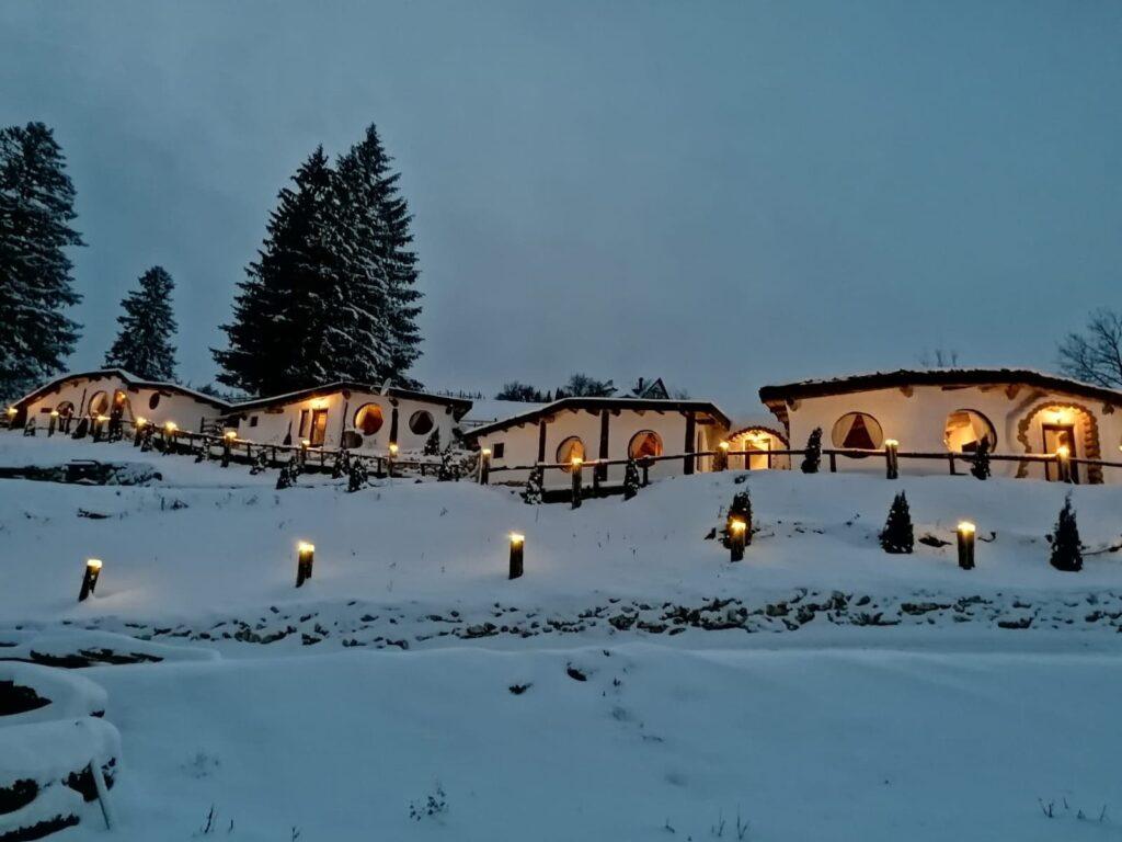 Noua minune turistică a României: căsuțele de hobbit, paradisul ascuns în munți