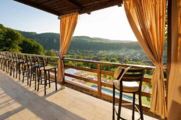 Vacanță de vis, la preț bun, în Grecia României, din inima munților (390 lei, 4 mese, piscină)