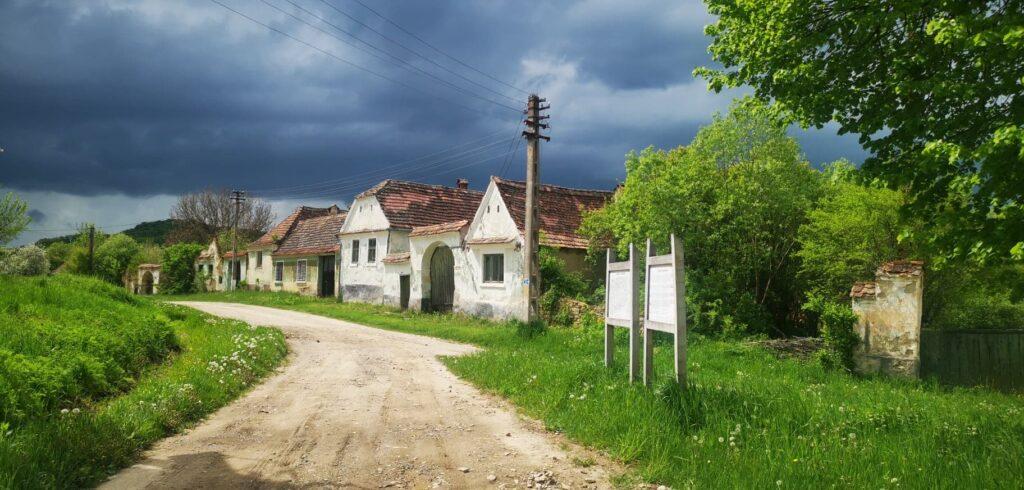 Satul neștiut de lume, bijuteria uitată a României, unde te dor urechile de atâta liniște