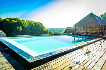 Top 10 pensiuni uimitoare cu piscină sau ciubăr, la noi, la munte