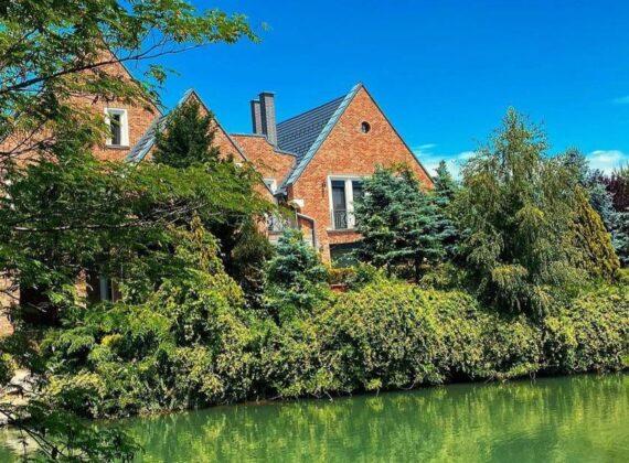 În România, ca în satele fermecătoare ale Olandei. Lacul Verde, o cazare uimitoare de la noi