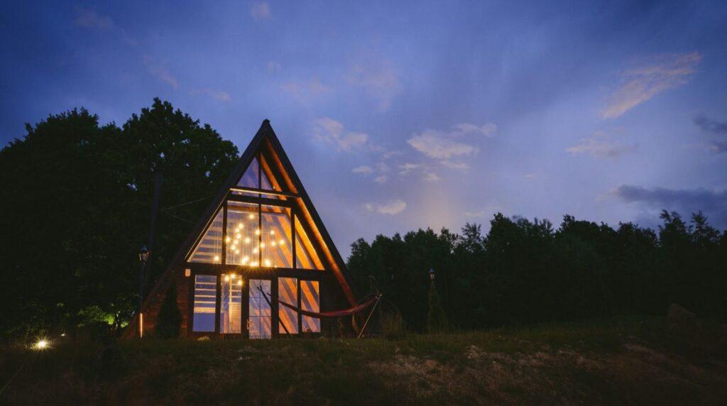 Cea mai frumoasă cazare nouă, cu sticlă, din România. Și la preț decent (de la 125 lei/noapte/pers)